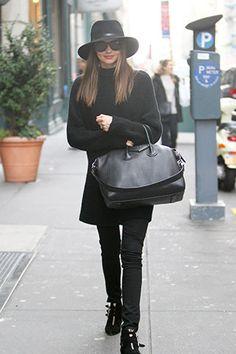 Do't: Tendencia cool mountain. Impecable, Miranda Kerr con look total black. El complemento, el sombrero.