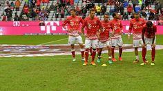 Die Bayern-Spieler machen sich gegen Ingolstadt auf dem lädierten Rasen warm.   (Quelle: imago/MIS)