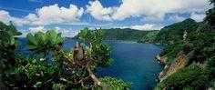 Isla del Coco, Costa Rica.  La isla del Coco es una isla sin habitantes ubicado a 300 millas de la orilla de Costa Rica. Como Parque Nacional, la isla no es tocada por civilización y funciona como uno de los mejores lugares para bucear en todo el mundo debido a la espectacular fauna marina que tiene.