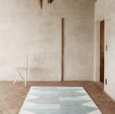 Dywan Lubo Jade to dywan z najnowszej kolekcji Artwork duńskiej marki Linie Design. Dywan Lua zaprojektowany został przez jednego z czołowych duńskich projektantów, a wykonany ręcznie przez najlepszych tkaczy w Indiach. Dywan Lubo tkany jest ręcznie na płasko z wysokiej jakości, miękkiej i przyjemnej w dotyku wełny nowozelandzkiej. Prosty i delikatny wzór graficzny w romby w delikatnych pastelowych kolorach na jasnym tle sprawiają, że dywan pasuje zarówno do wnętrz nowoczesnych jak i…