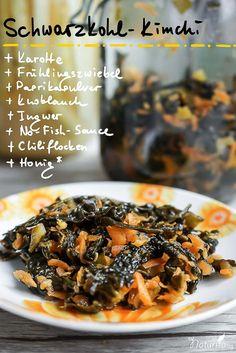 Schwarzkohl-Kimchi:  Schwarzkohlblätter in Streifen schneiden (Stiele wegtun). Karotten raspeln und nach Geschmack würzen.  Das Ganze ein paar Minuten mit den Händen massieren, bis etwas Saft austritt.  Gemüse in ein Glas mit Bügelverschluss stampfen und so viel Wasser hinzugeben, bis das Gemüse bedeckt ist.  Mit einem geeigneten Gewicht beschweren und ca. 2-3 Wochen fermentieren lassen.