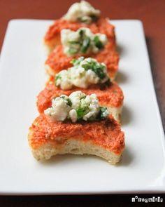 Canapés de tomates secos y queso de cabra marinado