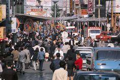 昭和45年、東京・新宿駅東口の雑踏(1970年撮影) 【時事通信社】
