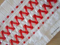 Toalha social Karsten na cor branca com trançado em fita de cetim vermelho e branco e acabamento em bordado inglês com fita de cetim. Ideal para carregar na bolsa, presentear e mimar alguém especial.