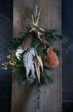 昨日の続き、お正月スワッグの紹介です。松とバンクシアのスワッグ。アワとユリの実のスワッグ。クロキビとサンキライのスワッグ。バンクシアとユリの実のスワッグ。... Dried Flower Wreaths, Dried Flower Bouquet, Dried Flowers, Christmas Swags, Xmas Wreaths, Cut Flower Garden, Flower Art, Boho Flowers, Dried Flower Arrangements