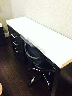 Our larger queen rooms have a desk that is very convenient for studying. Hotel Alexander NYC #nychotel #budgethotel