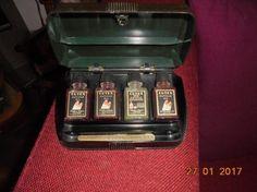Bakelieten doos cutex nagellak 16 x 10 x 4 cm met 4 flesjes met bakelieten dopjes zeer fraai exemplaar verzendkosten voor koper post.nl € 6,50 (170127)