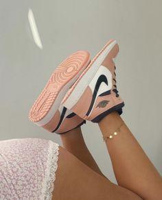 New Nike Air Jordan 1 Mid Pink Beige! Pink Jordans, Shoes Jordans, Zapatillas Nike Jordan, Tenis Nike Air, Moda Sneakers, Cute Sneakers, Shoes Sneakers, Kd Shoes, Girls Shoes