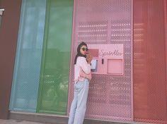 この可愛いところね!カップケーキの自販機なんだよ!すごいよね♡ シナモンケーキを頼んだよ♡甘いもの苦手だけどこれはしたくなるし、シナモンゎ大好き♡ このかかえてるフリンジバッグも本日20時より発売開始です(^^) 今夜は3点発売開始なのでぜひみてね! #capcake #TaVision  #しのぶ旅  #LA #しのぶんコーデ