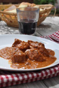 Due bionde in cucina: Gulasch di vitello alla panna -Alto Adige
