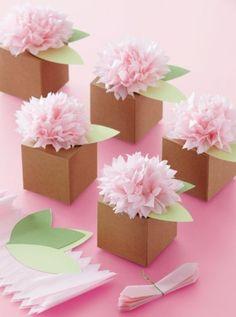 idées comment customiser des boites en papier, boite origami de papier kraft, décorée de fleurs de papier de soie rose