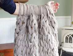 You don't need any special skills or needles to make this fantastic Arm Knit Blanket in just 45 minutes! Check out the FREE Pattern now.