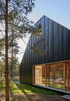 Tham & Videgård Arkitekter (déjà présenté dans le Journal du Design, pour retrouver les articles, cliquez ici) a conçu une maison de vacances familiale