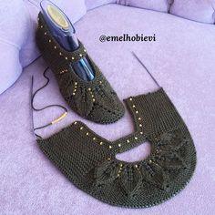 Görüntünün olası içeriği: ayakkabılar Crochet Car, Free Crochet, Baby Knitting Patterns, Crochet Patterns, Moda Emo, Crochet Summer Tops, Mitten Gloves, Sewing Hacks, Crochet Stitches