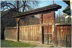székelykapu - Nagykend Carpathian Mountains, Wooden Gates, Garden Doors, Travel Photos, Architecture Design, Pergola, Shed, Places To Visit, Around The Worlds