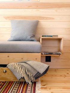 BLE MED: Sofaen ble plassbygget i gamlehytta før den ble en del av den nye. Sofaen står på samme plass. Hylla er tilpasset avisformatet og fungerer som et sidebord, selvlaget også det.