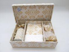 Caixa+Kit+lavabo+para+presentear+seus+padrinhos+de+casamento.++Incluso+caixa+++toalhinha+++2+sachês+++sabonete+líquido R$ 78,00 Diy Gift Baskets, Soap Packaging, Party Favors, Decoupage, Decorative Boxes, Gift Wrapping, Baby Shower, Scrapbook, Gifts