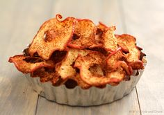 Baked apple chips look great for a healthy snack: Yea if you can actually get them crispy. Baked Apple Dessert, Apple Dessert Recipes, Apple Recipes, Snack Recipes, Desserts, Snack Hacks, Spiced Apples, Baked Apples, Yummy Snacks