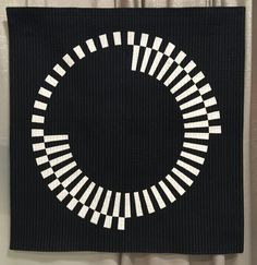 20 modern quilts from QuiltCon 2019 – whole circle studio Enjoy 20 of (just some of) my favorite modern quilts from QuiltCon 2019 in Nashville, Tennessee. Prepare to be inspired! Circle Quilts, Quilt Blocks, Fabric Art, Fabric Crafts, Modern Quilting Designs, Black And White Quilts, Quilt Modernen, Contemporary Quilts, Textiles
