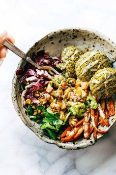 Ce buddha bowl se compose de falafels (boulettes de pois chiches, de fèves et épices), de carottes et chou-fleur grillés à la poêle et de laitue rouge.