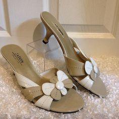 Jasmine Collection Tan White Flower Sandals Size 9