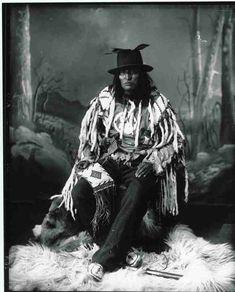 Sarcee chief, (Stone-Ack-Soh-Gan or Chief Bulls Head), Calgary, AB, 1887 Native American Print, Native American Quotes, Native American Regalia, Native American Beauty, Native American History, American Art, American Clothing, American Symbols, Calgary