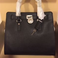 🎉SUPER SALE NWT Michael Kors Large Saffiano Tote BRAND NEW IN BOX! Beautiful Michael Kors Large Saffiano Tote in Black/Silver. Original packaging and comes with dust bag. Key on bag opens lock and purse can be expanded! No trades. Michael Kors Bags Shoulder Bags