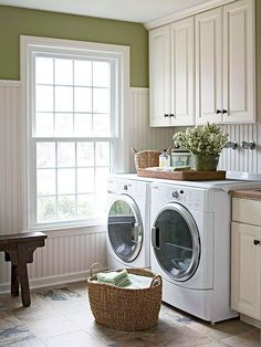 moderne Waschküche traumhaft kreative Ideen für Einrichtung und Gestaltung praktische Tipps  Bodenfliesen Flechtkörbe Blumen viel Licht