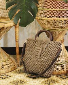 Macrame Purse, Macrame Dress, Macrame Art, Macrame Patterns, Weaving Patterns, Macrame Tutorial, Knitted Bags, Crochet Accessories, Handmade Bags