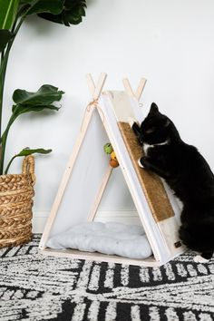 DIY Cat house Tepee from An Old Tv Tray: Make this easy DIY cat house form an old tv tray! No cutting tools needed! Cat Teepee, Cat Tent, Animal Projects, Diy Projects, Cat House Diy, Diy Cat Tree, Cat Hacks, Cat Scratcher, Cat Room