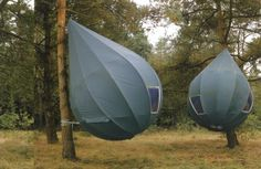 Dutch sculptor Dré Wapenaar's pod-like hanging tents. fabricarchitecturemag.com