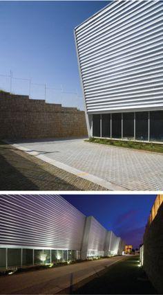 En esta oficina administrativa los arquitectos tenían intención de realizar una obra industrial, por lo cual se utilizo mezcla de concreto y de lámina acanalada a lo largo de las fachadas de las oficinas.