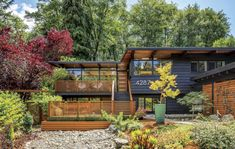 This John Burrows Seattle mid century modern home truly brings Japanese and Pacific Northwest style together. Exterior House Colors, Exterior Paint, Exterior Design, Exterior Homes, Design Seeds, Porches, Mid Century Landscaping, Pacific Northwest Style, Mid Century Exterior
