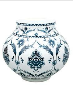 #PAŞABAHÇE HAND MADE-Yapraklı Vazo-Vazo üzerinde ana tema olarak,yapraklarla Oluşturulan madalyon formları içinde HATAYİ üslübu motifler süsleme unsuru olarak kullanılmıştır.El imalatı Opal camdan üretilmiş olup Üzerindeki rölyef desenlerin tümü el işçiliği ile gerçekleştirilmiştir.