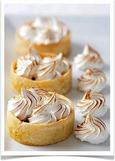 Pumpkin Meringue Tartelettes by tartelette for a fall Mini Desserts, No Bake Desserts, Just Desserts, Delicious Desserts, Dessert Recipes, Yummy Food, Meringue, Slow Cooker Desserts, Pumpkin Tarts