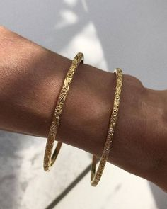 Christmas edit 〰 Our classic Daisy Chain Bangle, a simple yet meaningful gift 〰 Perfect on its own, or stacked with other gold and silver… Cute Jewelry, Jewelery, Silver Jewelry, Jewelry Accessories, Fashion Accessories, Silver Ring, Craft Jewelry, Trendy Accessories, Gold Armband