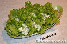 Творог с чесноком в салатных листьях