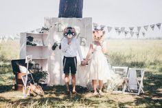 Летняя свадьба на природе — это всегда яркое солнце, свежий воздух и бесконечный простор для прогулок танцев и веселых игр.
