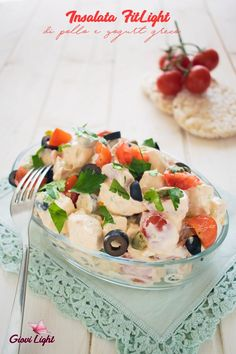 Insalata FitLight di pollo e yogurt greco Pollo Light, Cena Light, Yogurt Greco, Antipasto, Light Recipes, Fruit Salad, Finger Foods, Pasta Salad, Camembert Cheese
