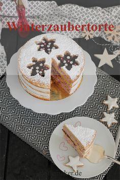 Köstlicher einfacher semi naked cake im winterlichen Design. Die perfekte Torte für Weihnachten oder im Advent mit einer fruchtigen Blaubeerfüllung. Das Rezept gibt es auf Castlemaker.de #weihnachtstorte #rezept Marzipan Creme, Vanilla Cake, Advent, Desserts, Food, Design, Hot Chocolate, Ginger Beard, Cake Ideas
