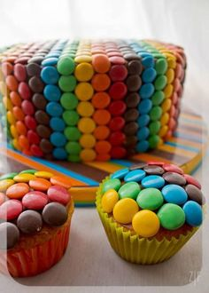 Rainbow cake with matching cupcakes Chocolate Lollies, Lolly Cake, Partys, Cute Cakes, Creative Cakes, Let Them Eat Cake, How To Make Cake, Cake Designs, No Bake Cake