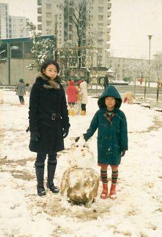 Fotógrafa viaja no tempo ao se inserir digitalmente em suas fotos de infância.