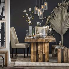 Móveis de madeira rústica na sala de jantar