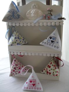 berlingot fleuris et parfumés                              … Sachet Bags, Sewing Projects, Projects To Try, Scented Sachets, Craft Stalls, Lavender Bags, Cross Stitch Finishing, Cross Stitch Heart, Heart Crafts