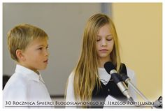 Klaudia canta en la Iglesia