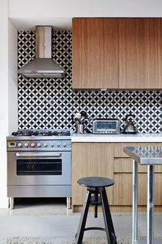 Splashback tiles from Jatana Interiors - JodiYork_kitchen c/o The Design Files Small Kitchen, Kitchen Tile, Kitchen Remodel, Modern Kitchen, Kitchen Dining Room, Home Kitchens, Kitchen Tiles Backsplash, Creative Kitchen Backsplash, Kitchen Design