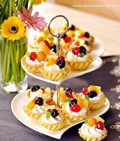 Kruche babeczki z bitą śmietaną i owocami - Mała Cukierenka Tart Recipes, Cheesecake Recipes, Sweet Recipes, Cooking Recipes, Mini Desserts, No Bake Desserts, Delicious Desserts, Yummy Food, Party Food Platters