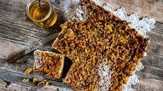Jsou maličko pracnější, ale výsledek stojí za to. Křehké ořechovo-medové řezy jsou dokonalý zákusek kodpolední kávě nebo kčaji. Cheesecake, Meat, Desserts, Food, Tailgate Desserts, Deserts, Cheese Cakes, Eten, Postres