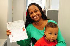 A dona de casa Nayara de Jesus Souza, que mora em Itapevi, na Grande São Paulo, com o filho Victor Hugo, de apenas nove meses, que tirou seu primeiro RG no Poupatempo Móvel no vizinho município de Jandira (junho de 2015).