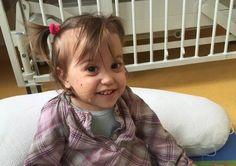 Emma, âgée de 15 mois, est une petite fille « chipie, rigolote, coquine.« Une fois sur place, après de nouveaux examens, le médecin nous annonce qu'Emma a une forme de leucémie agressive très rare. Il nous explique qu'il n'y a pas de protocole pour la soigner car il y a très peu de cas (10 en France par an). Sa seule chance, c'est une greffe de moelle osseuse.Cliquez sur la photo pour lire l'article  12921174_10207868900231779_862571334_n-2.jpg